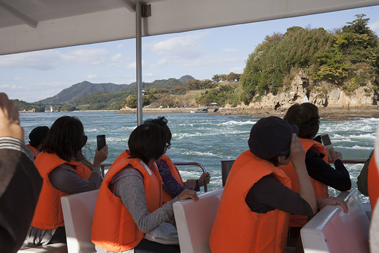 来島海峡大橋を見上げる「来島海峡急流観潮船」