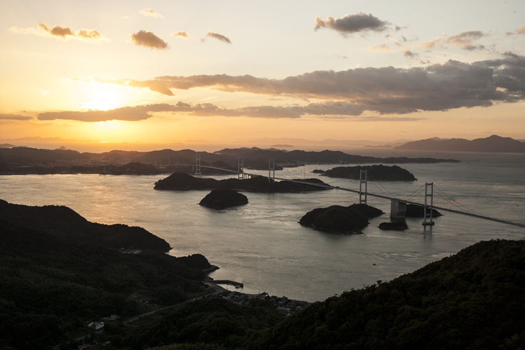 亀老山展望台から来島海峡と来島海峡大橋が一望できる。