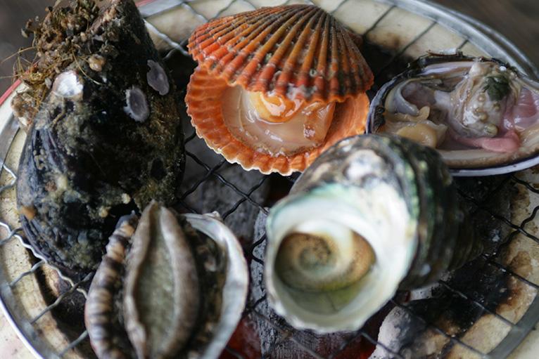 しまなみ海道ならではの豪快グルメ「海鮮バーベキュー」。