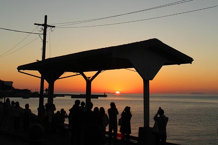 美しいJR下灘駅の夕日