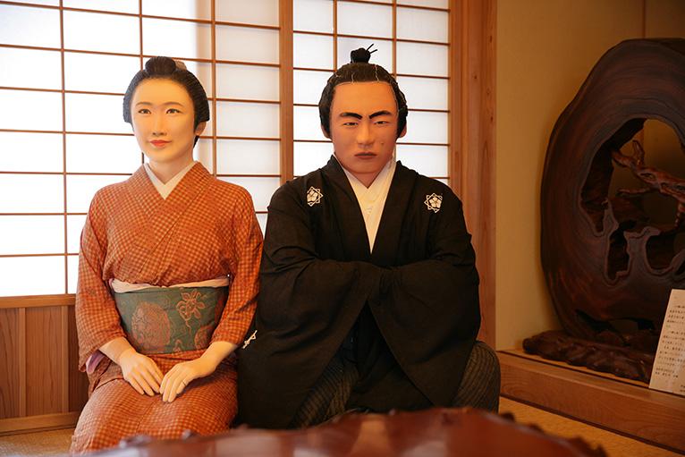 坂本家の離れには龍馬と妻のお龍の人形が迎えてくれる。