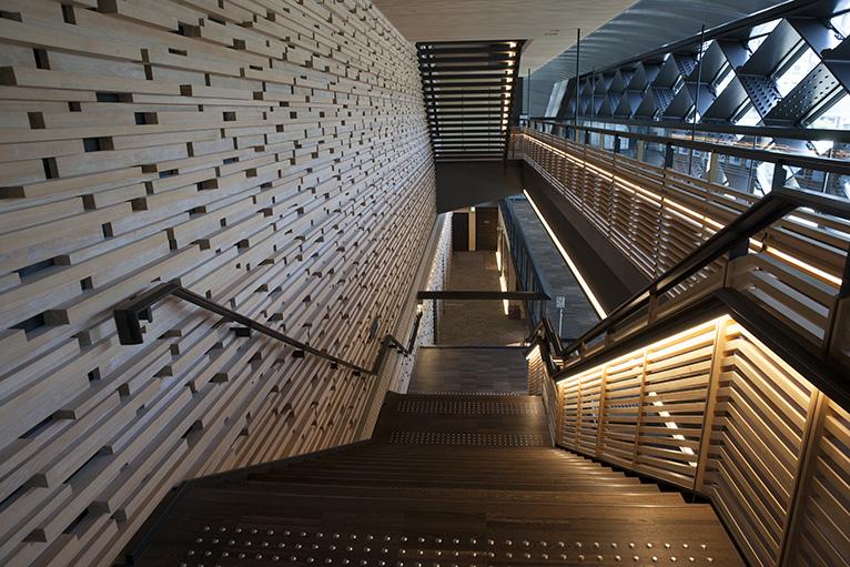 壁面は高知の木材を使って作られ、落ち着いつた館内