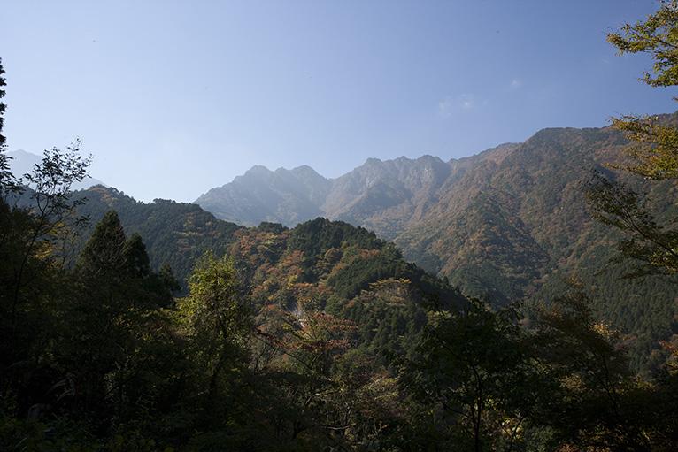 山道から清滝や別子ラインの山々や紅葉がきれいに見える。脇見運転注意!