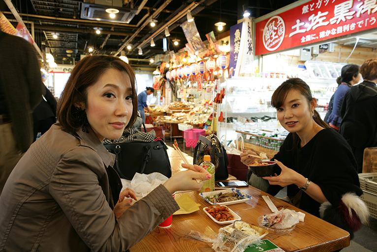 県外客も自由に飲んだり、食べたり楽しい時間を過ごしている