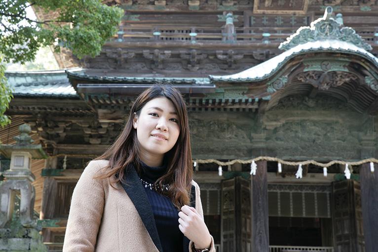 香港からの一人旅、若い女性に日本旅行が大人気とか。旭社前で記念写真。