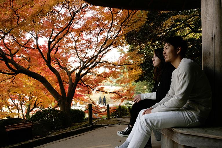 美しい紅葉に包まれた枕流亭で二人だけの時間を過ごす。
