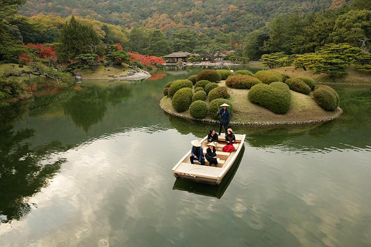 船頭の説明を聞きながら和船を浮かべ、お殿様気分で舟遊びができる。(有料)