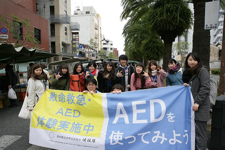 健援隊、地元学生のボランティアの活動もあり、日曜市は自由広場。
