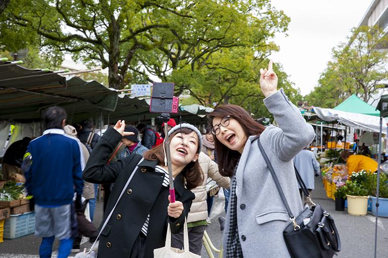 観光客も自撮りで記念写真を1枚。