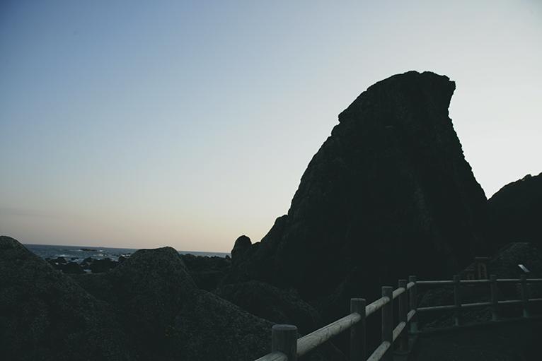 烏帽子によく似た姿の巨大なエボシ岩も間近に見える。
