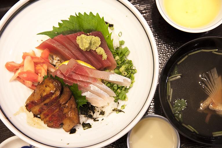 キンメ丼、どこで食べても1600円と統一されている。