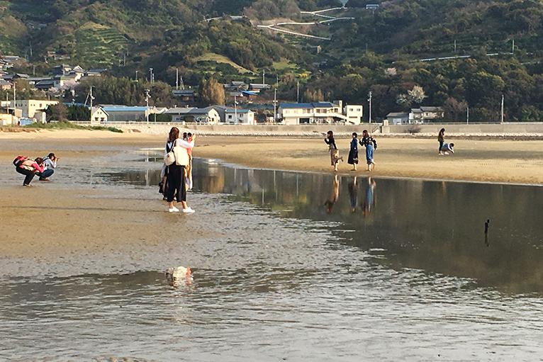 約1kmの海岸で思い思いのポーズでインスタ映えの写真をパチリ。