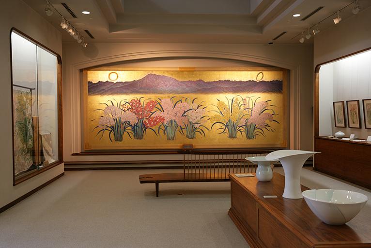 あんみつ館の上にある蘭夢美術館では蘭をテーマにした絵画や版画、陶芸品が鑑賞できる