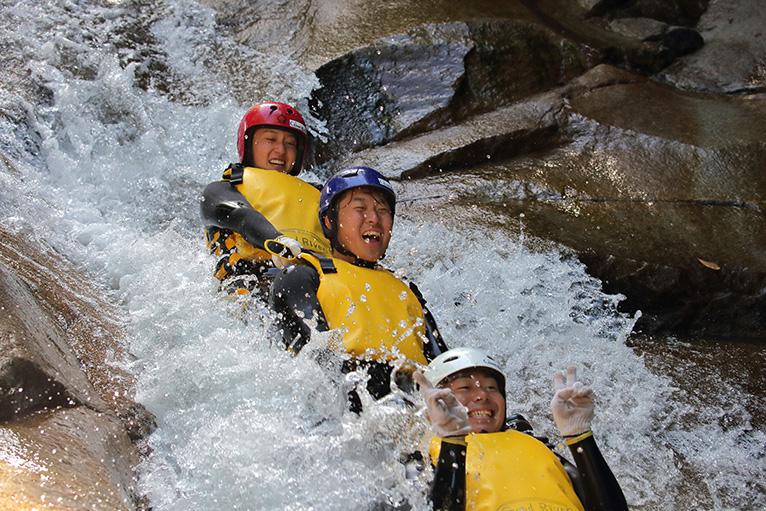 水しぶきをあげながら渓谷を滑り落ちる