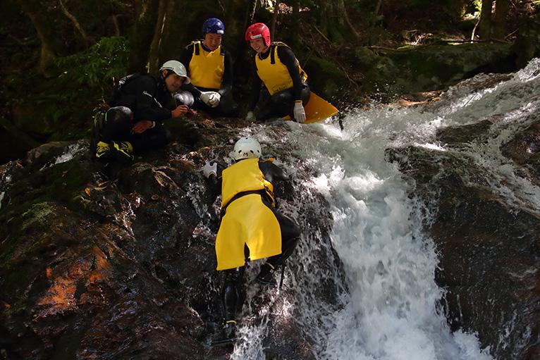 滝を登っていく。必死の姿をスタッフが記念写真でパチリ