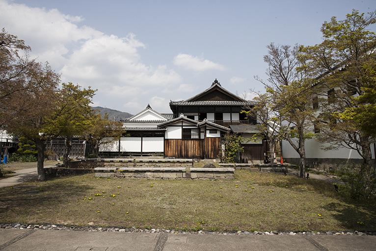 藍商左直 吉田家住宅は中庭を囲んで5棟が立つ