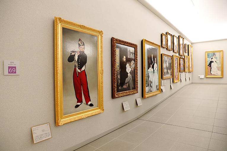マネの「笛を吹く少年」など近代の画家が並ぶ近代ギャラリー