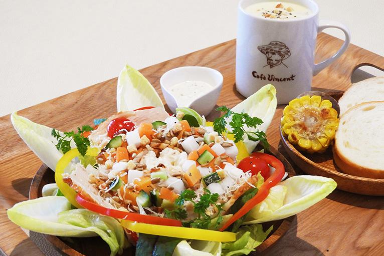 カフェ・フィンセントのヒマワリサラダと季節野菜のスープ(パン付)1,200円