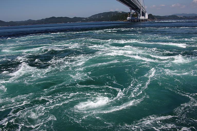 うずしお観潮船で巨大な渦が間近に見える