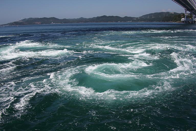 巨大な渦潮が目の前に出現、大自然の迫力に圧倒される