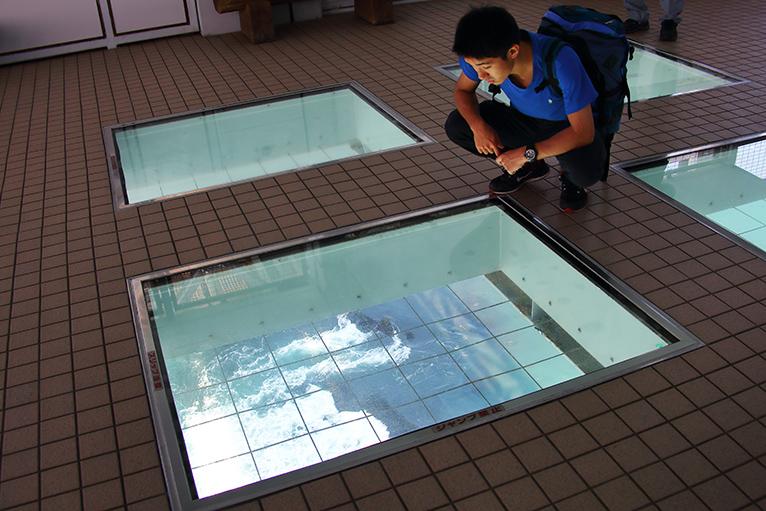 回遊式渦の道展望室から真下の潮流を見下ろす