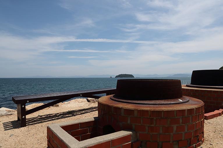 大きな御釜の横には展望台もあり、美しい瀬戸内海を眺望できる