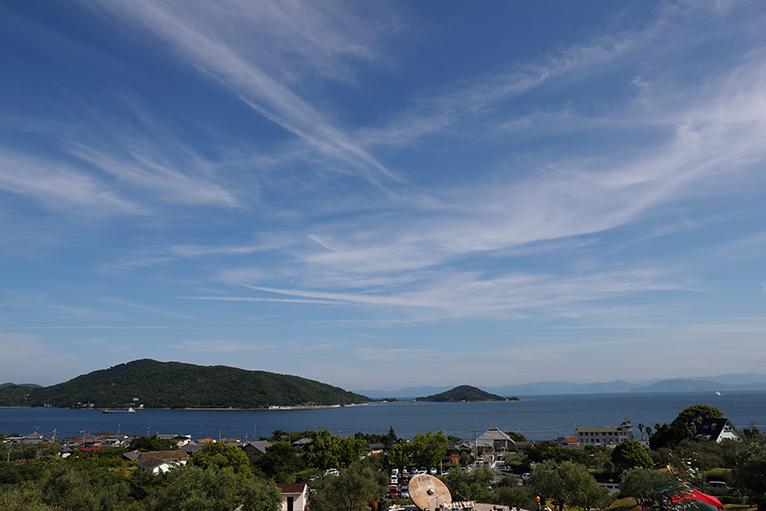 オリーブ記念館前には青く美しい海が見渡せる