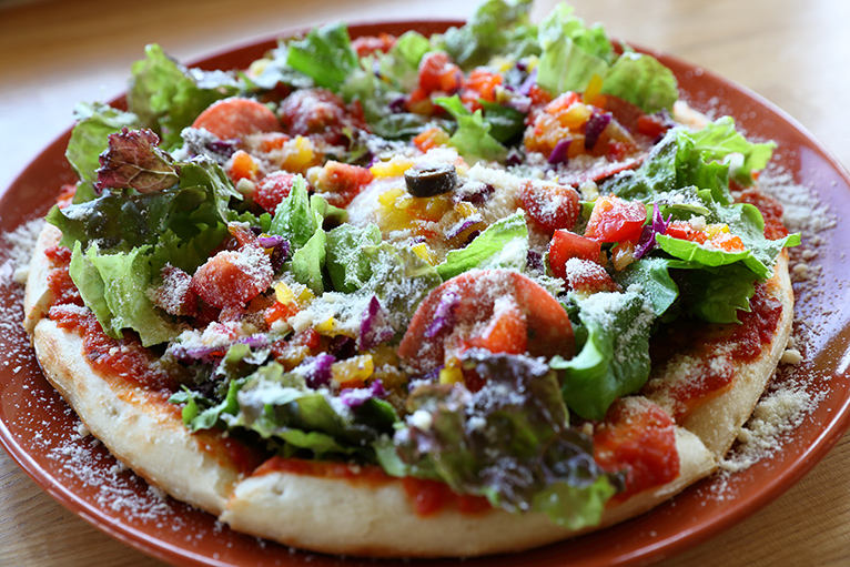 オリーブ記念館2Fのカフェ「オリヴァス」ではオリーブを使ったおすすめピザ