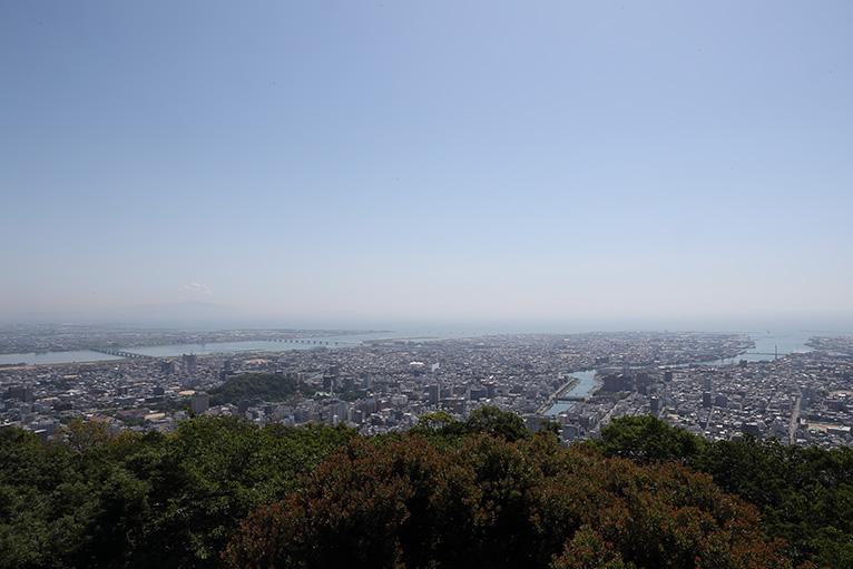 展望台から吉野川河口や街並み、大鳴門橋や淡路島、和歌山が眺望できる