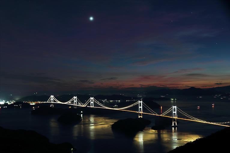 しまなみ海道の亀老山展望台から見る来島海峡大橋の夜景