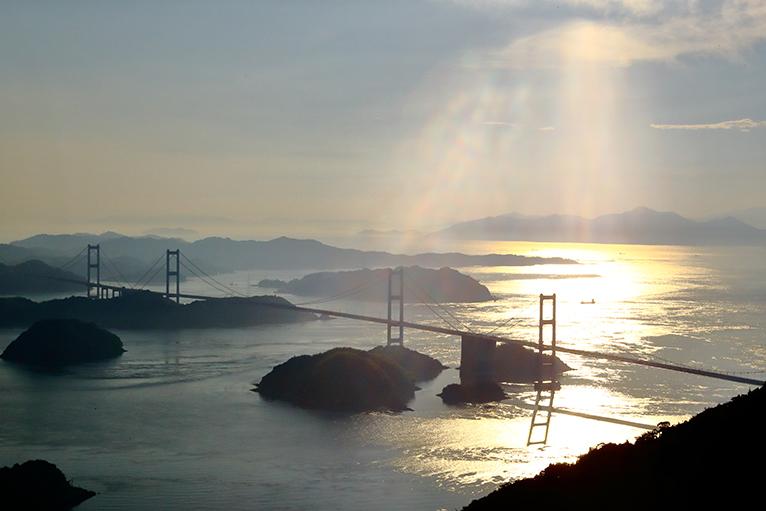 しまなみ海道の亀老山展望台から見る来島海峡大橋