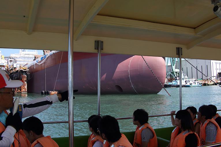 急流観潮船で造船所の中に入り、巨大な船を間近に見る
