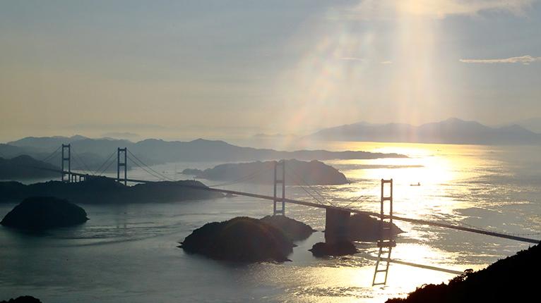 亀老山展望台から来島海峡大橋が眺望できる。