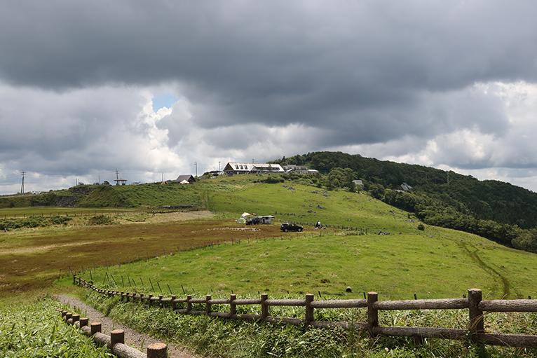 山の天気は気まぐれ、夏の雲が姫鶴平と姫鶴荘を覆う
