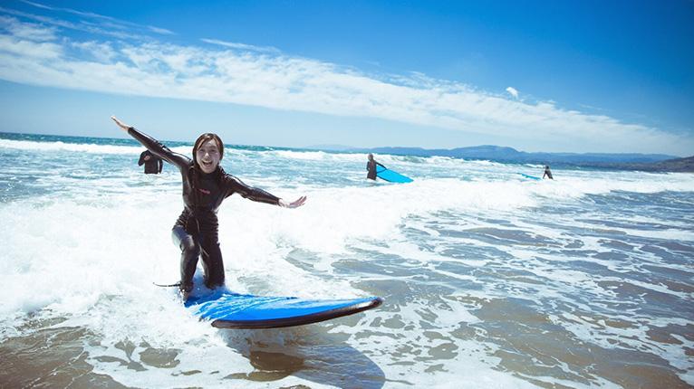 入野の浜でサーフィン体験