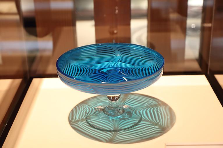 びいどろの徳利やぎやまん大鉢、型吹きガラスなど美しい作品が並んでいる