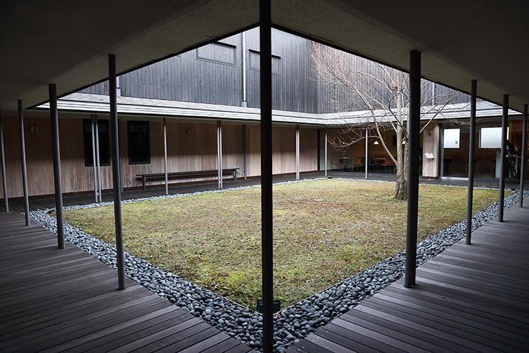 柔らかい日差しが差し込む中庭と回廊