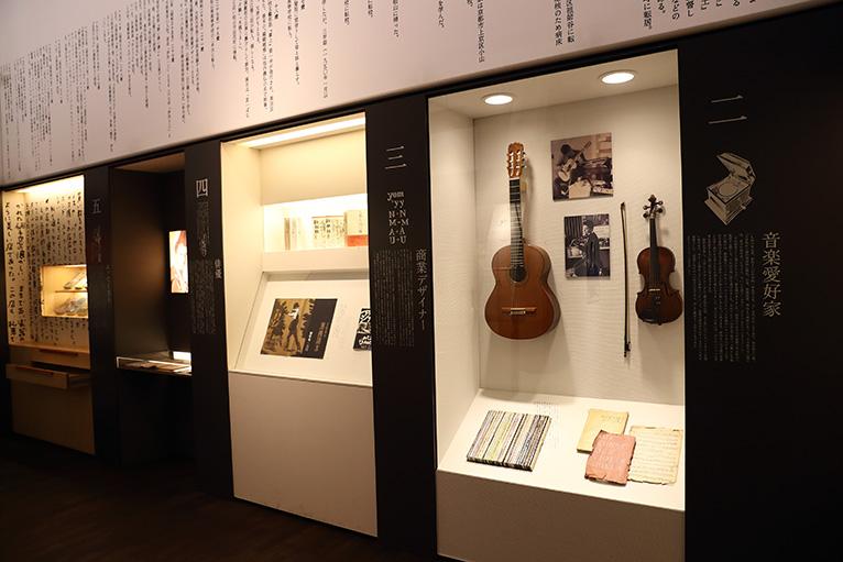 愛用の楽器が展示されている