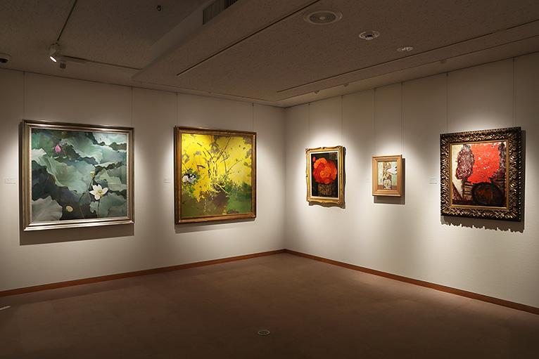 4つの展示室に洋画や日本画が数多く展示されている