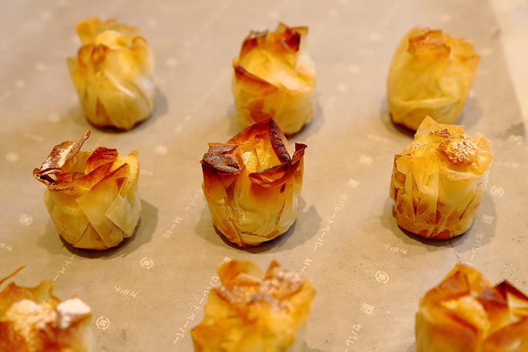 季節のプレミアム母恵夢や焼きモンブランを平釜で焼き上げる